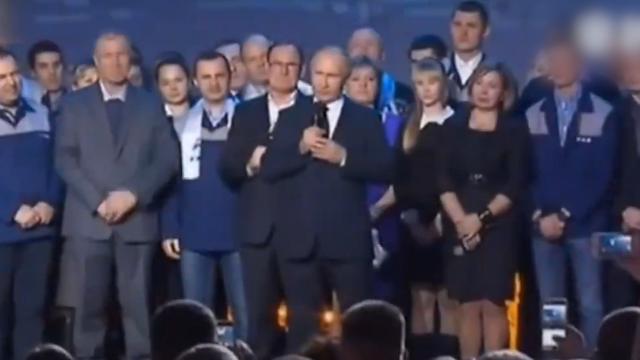 现场普京宣布参选总统,台下工人欢呼