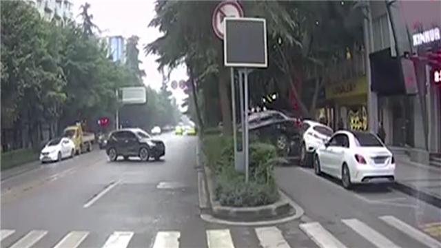 """女司机""""神倒车""""连撞3车"""