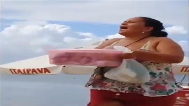 在巴西的海滩上 一位卖馅饼的女士