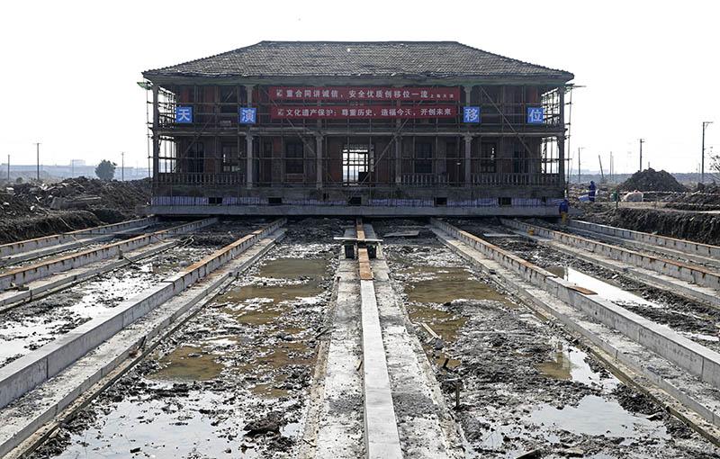 12月19日,宁波奉化下王渡村王文翰故居平移工作启动。章勇涛 摄