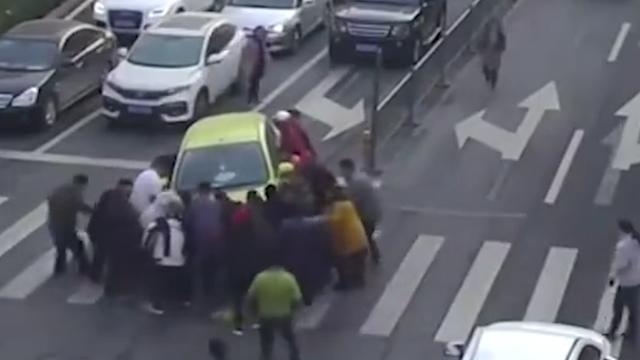 济南一男童被碾压,众人蜂拥抬起车救人