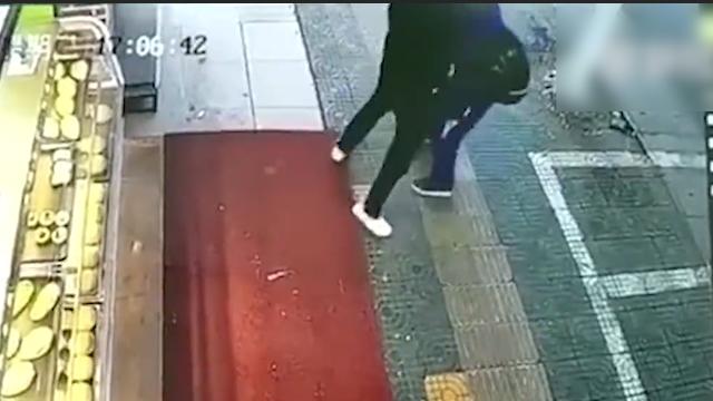 学生扔石头砸车被抓住 车主逼其下跪自扇耳光