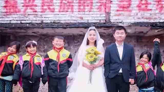 """乡村教师在学校拍婚纱照 孩子看到""""王子与公主"""""""