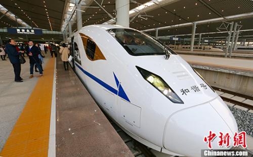 资料图:2017年12月6日早8时22分,D4251次动车组列车离开西安北站向南驶去,西安至成都高铁正式开通运营。中新社记者 张远 摄
