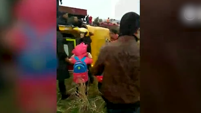宁乡一校车被货车撞致侧翻 1死16人伤