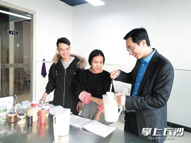 陈敏(右)与同事一起研制新的茶产品。长沙晚报记者 王斌 摄