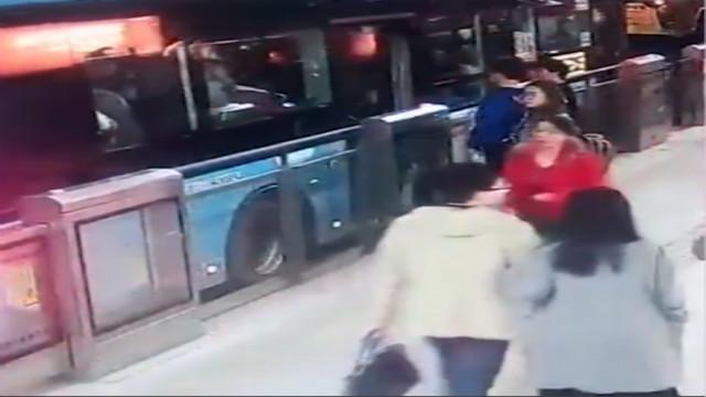 女学生下BRT脚被车门夹,遭拖倒碾压