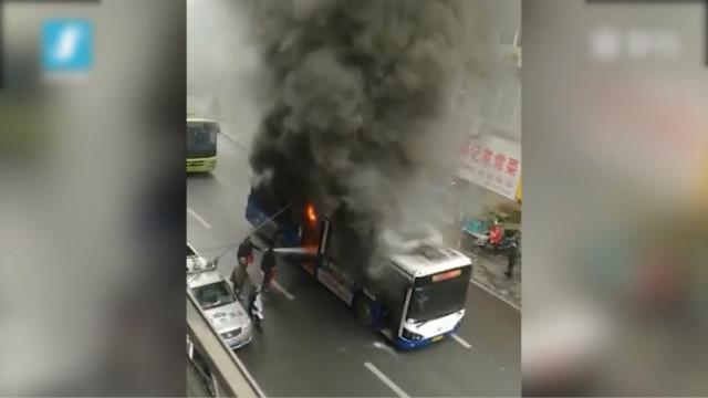 公交车突燃 热心路人砸窗灭火救人