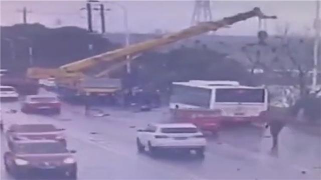 """公交被撞落水 吊车司机""""钓""""起被困者"""
