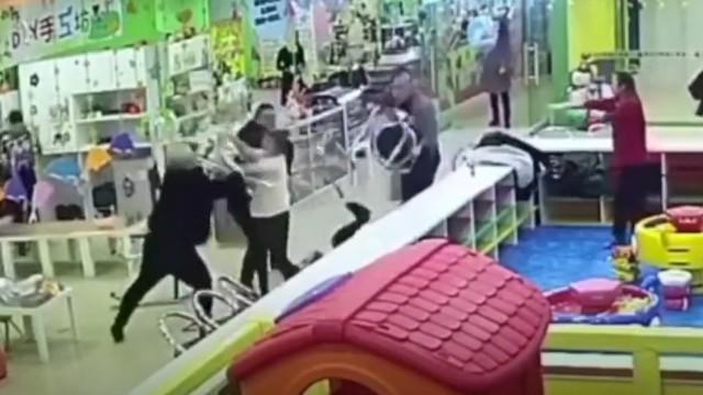 因孩子玩耍引摩擦 三男子抡凳子殴打一对母子致昏迷