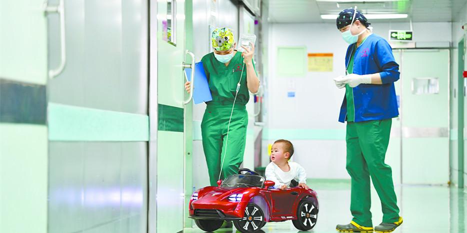 """湖南省儿童医院:小患者坐""""儿童专车""""进手术室"""