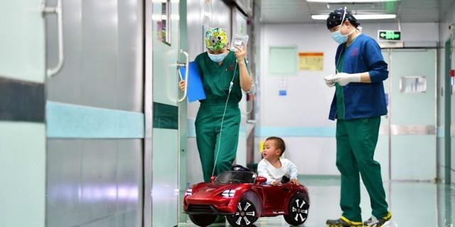 """儿童医院里开起了""""儿童专车"""""""