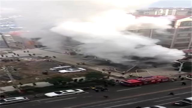 居民楼旁铺面起大火