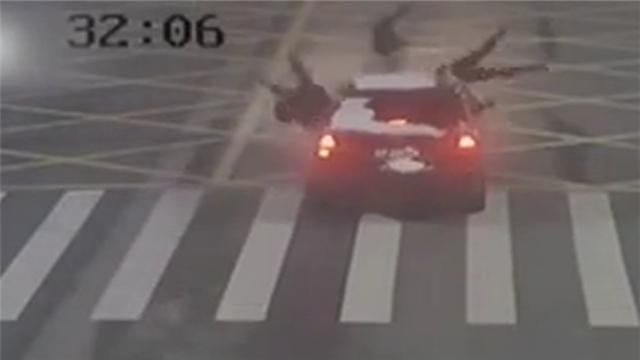 女司机开车时擦窗 斑马线上撞飞3行人