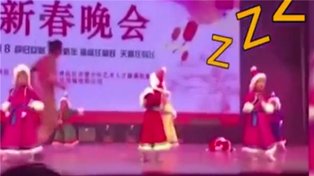 3岁女童因太早起床排练 录制节目时趴在舞台睡着