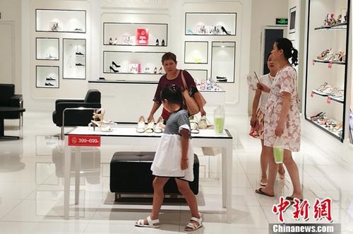 资料图:成都某商场内正在选购商品的民众。 <a target='_blank' href='http://www.chinanews.com/'>中新社</a>记者 刘忠俊 摄