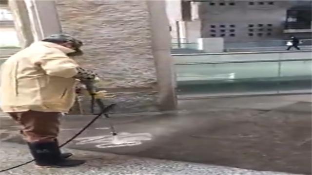 """现实版""""扫地僧""""!中国美院保洁员水枪写书法"""