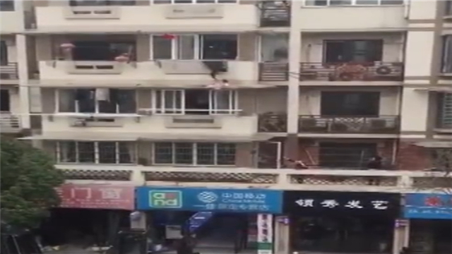 2岁女童阳台跌落 众人合力紧急救援