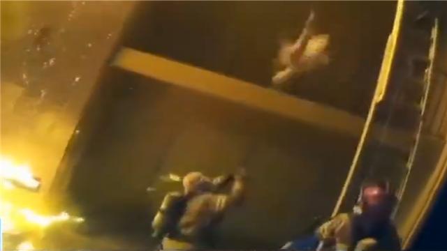 惊险!消防员徒手接住被抛落的孩子
