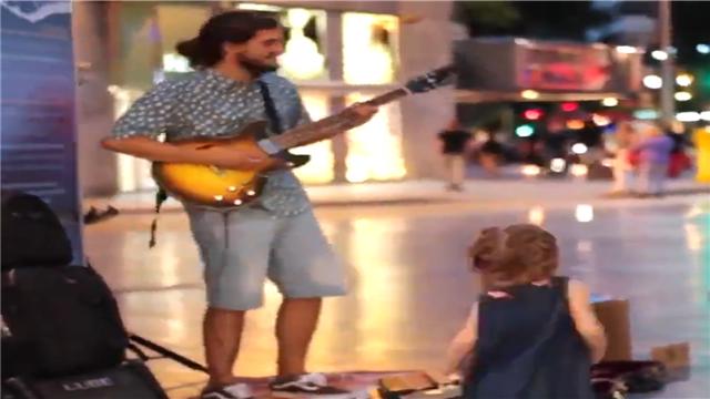 街头歌手弹奏《Despacito》小姑娘跟着节奏跳起了舞蹈