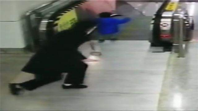 今天,这个8秒的视频刷屏!她奋力一扑 救下电梯上的男童