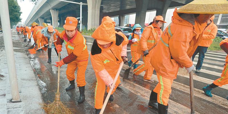 长沙市雨花区环卫工人清积雪 保畅通