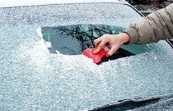 车玻璃结冰千万别用热水浇