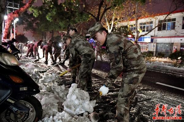 澳门新金沙娱乐平台:迎战雨雪冰冻_湖南省军区第一时间组织官兵和民兵铲雪除冰