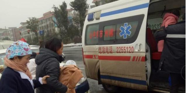 """孕妇早产遇大雪封路,众人合力""""里送外接""""保平安"""