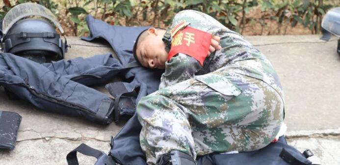 中越边境扫雷官兵冬日席地而睡