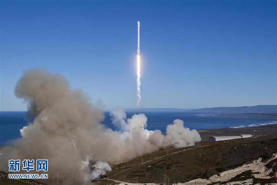 被誉为世界最强大现役运载火箭的猎鹰重型发射成功。美国太空探索技术公司和它的创办人埃隆马斯克再次来到聚光灯下。 据BBC报道,埃隆马斯克刚刚从佛罗里达州的肯尼迪航天中心成功发射了他的猎鹰重型火箭。 在升空之前,猎鹰重型被认为是一次冒险的试飞。SpaceX首席执行官表示,开发新型火箭所面临的挑战,意味着首次成功的机会可能只有50%。 而这次太空计划,除了要把自己家的特斯拉电动跑车Roadster送上天,马斯克还打算让车上全程播放1969年英国著名摇滚音乐家大卫 鲍威的名曲《Space Odd