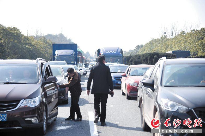 昨日,京港澳高速一路段出现拥堵,部分驾乘人员竟下车散步。交警称这种行为非常危险。长沙晚报记者 刘琦 摄