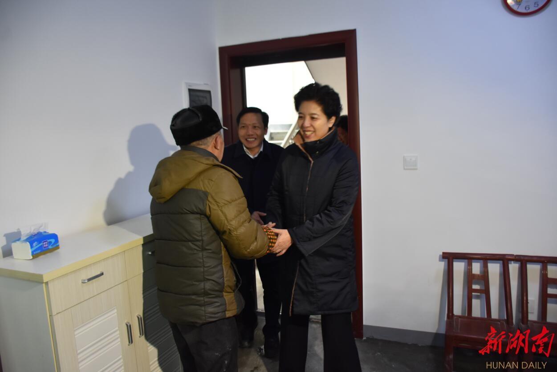 乌兰在岳阳看望慰问困难群众 新湖南www.hunanabc.com