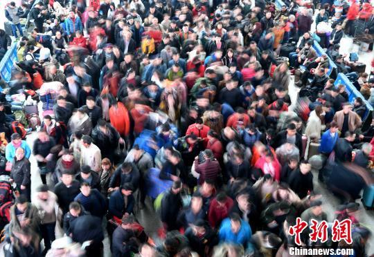 2月9日,福州火车北站旅客在候车厅排队等候检票上车。随着春节日渐临近,福州火车站迎来节前春运客流高峰。 张斌 摄
