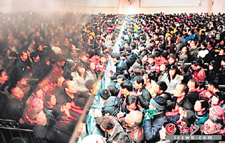 2011年12月28日,长沙火车站售票大厅购票的人群。长沙火车站供图
