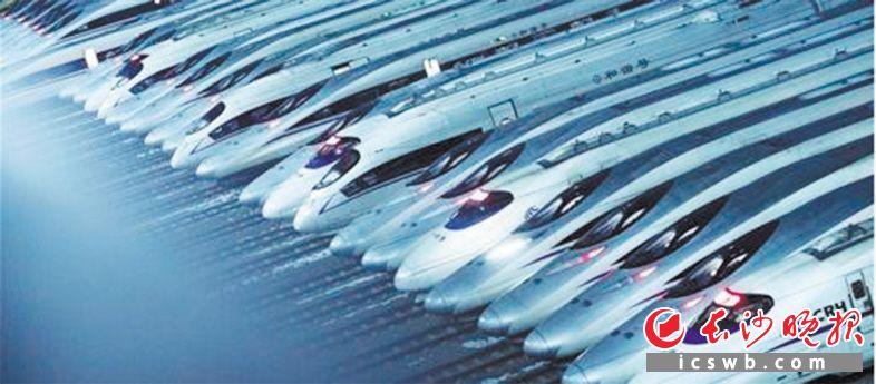 等待发车的高铁,中国已经进入高速春运时代。新华社供图