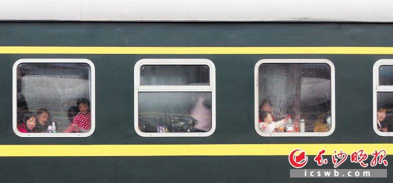 早些年流行回家的主要交通工具——绿皮火车。