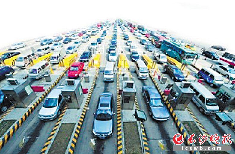 春节临近,长沙西高速收费站急剧增长的车流。高轩供图