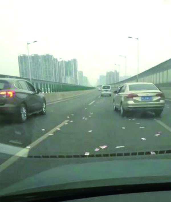 """长沙一车主装万元纸袋放车顶 高架桥上演""""钱在飞"""""""