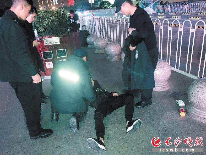 旅客突发癫痫倒地后,铁警立即施救,并脱下自己的衣服为旅客盖上。警方供图