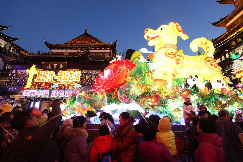 2018豫园狗年灯会吸引了众多游客和市民前往观赏。