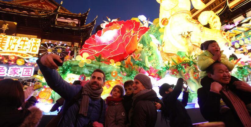 上海:中外游客豫园赏灯