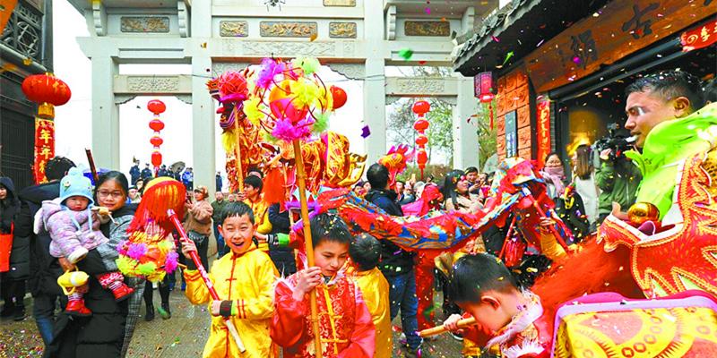 长沙望城区铜官古镇村民舞龙舞狮欢庆春节