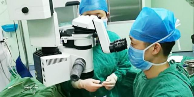 """女子眼眶内有""""定时炸弹"""" 医生通过显微镜实施手术巧摘除"""