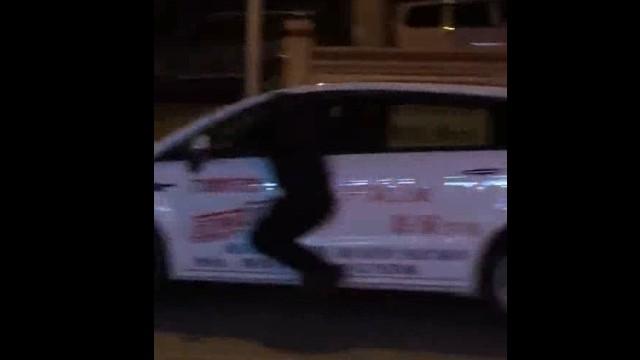 衡阳一司机疑似酒驾拒绝检查逃跑 交警挂在车窗