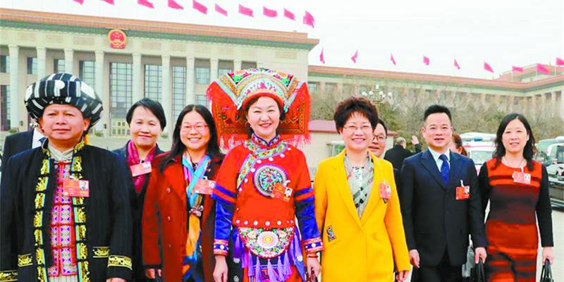 湖南代表团代表信心满满走出人民大会堂