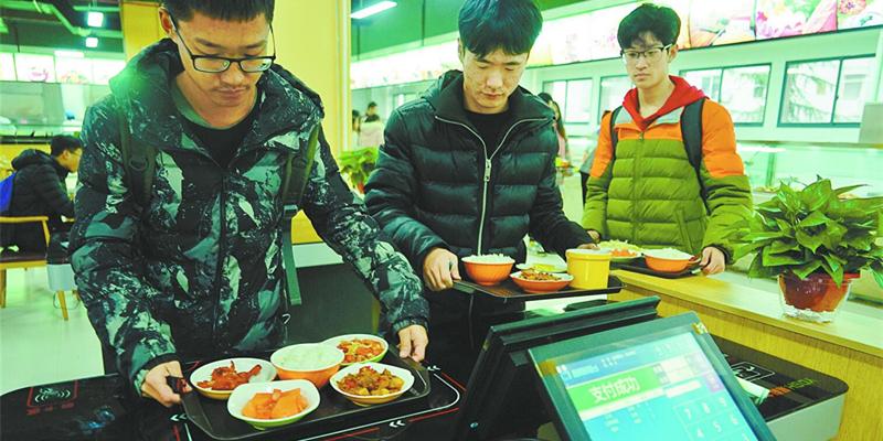 """中南大学食堂用上新科技 """"智能餐具""""刷盘就餐"""