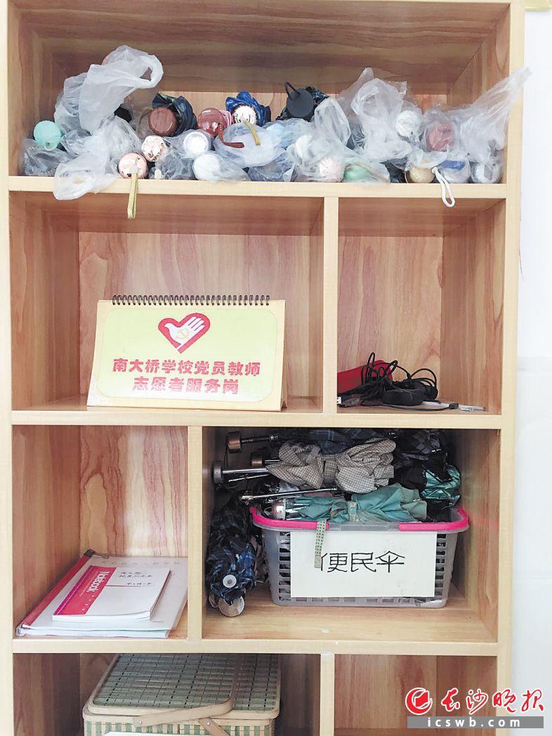 退休老人送的30把旧伞,如今已摆放在南大桥小学门卫室的柜子里。长沙晚报记者 邓艳红 摄