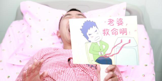 """三八节特别礼物:准爸爸躺上""""产床"""",切身体验分娩之痛"""