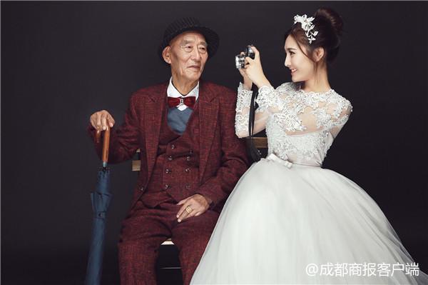 看哭!女孩和病重爷爷拍婚纱照:怕他看不到结婚那天